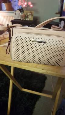 User supplied image of This on-trend dusty pink crossbody bag Penny, is compact, but super functional. You can store all your essentials in this bag. At the front of the crossbody bag there is a compartment with a zipper ar